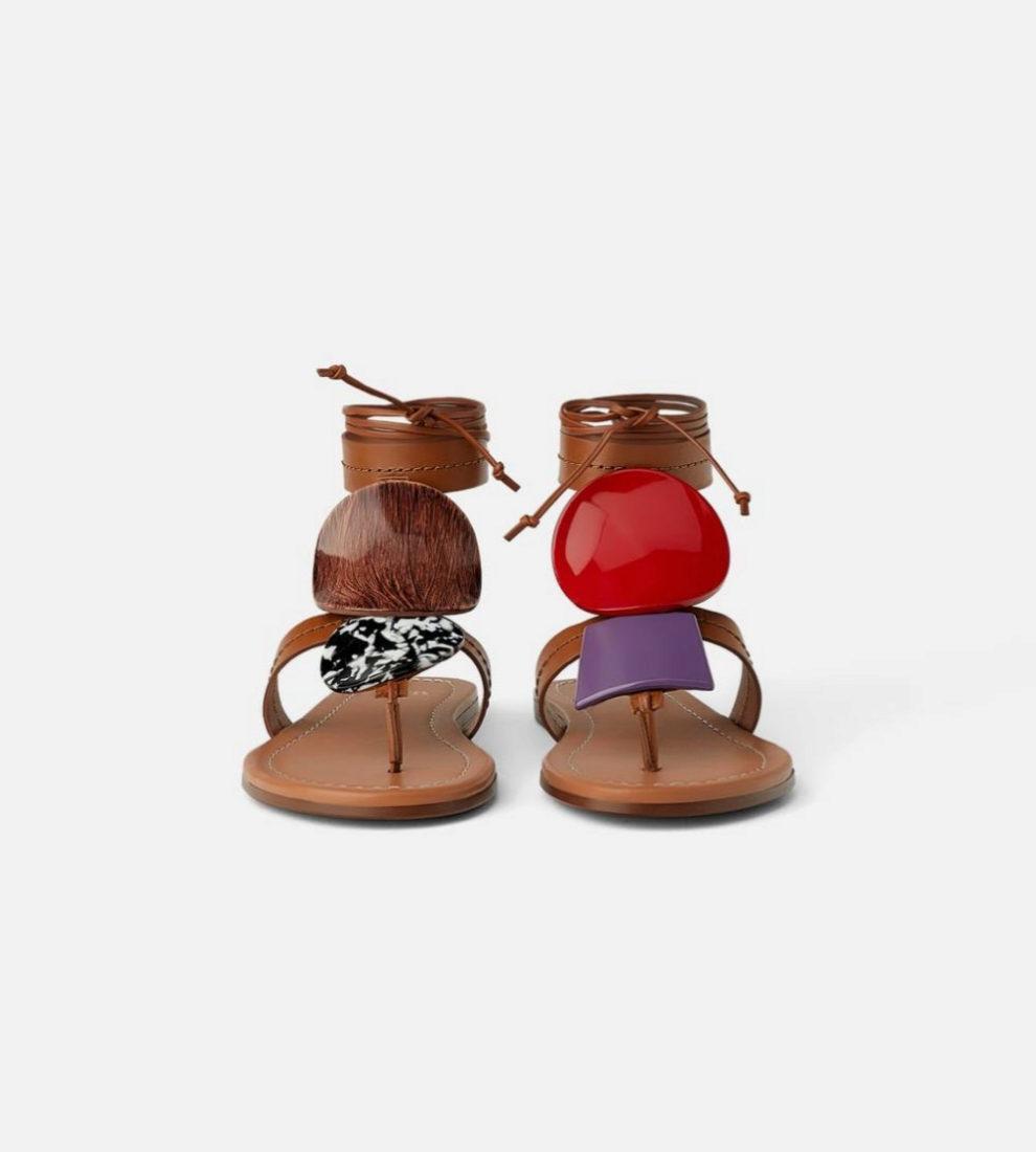 Sandalia plana de piel con piezas de colores