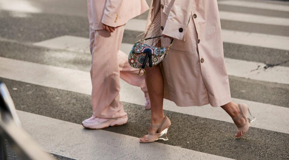 sandalias de plástico en el street style de París