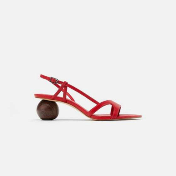 Sandalias con tacón geométrico de madera de Zara (35,95¤)