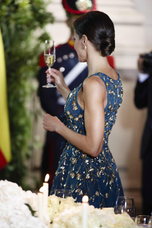 Detalle del moño pulid de la reina Letizia.