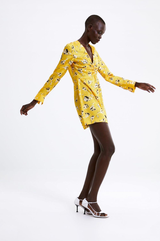 Vestido amarillo con print floral, de Zara (17,99 euros).