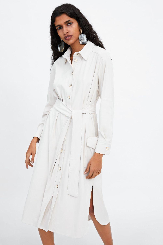 Vestido camisero con cinturón, de Zara (19,99 euros)