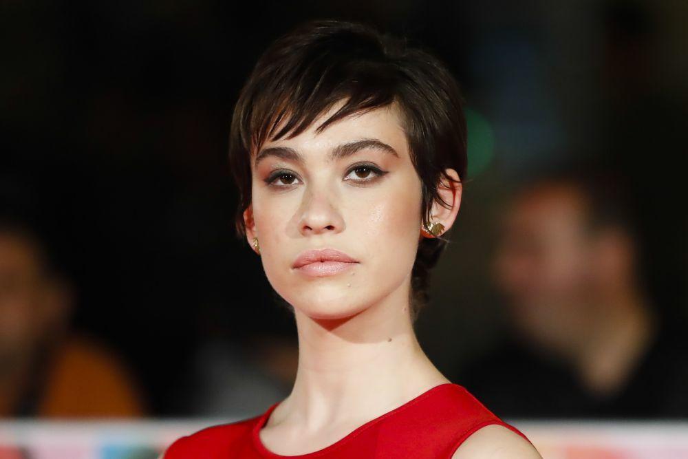 Greta Fernández con un corte de pelo pixie con falso flequillo...