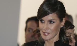 La reina Letizia con falso flequillo lateral para su coleta baja, que...