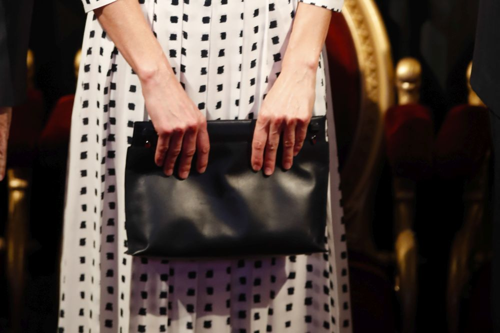 Primer plano del bolso de Loewe lucido por la reina Letizia.