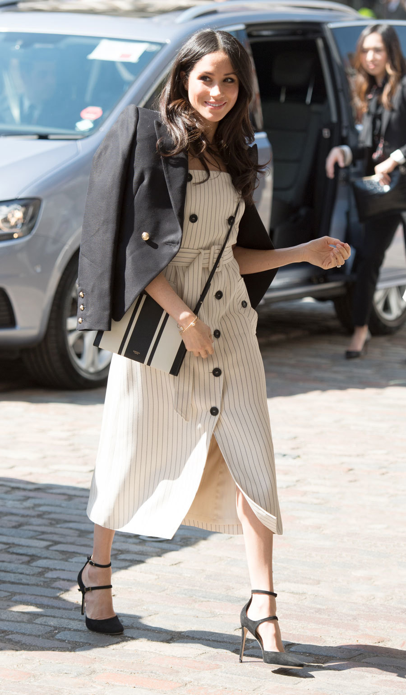 Meghan Markle con vestido abotonado de Altuzarra.