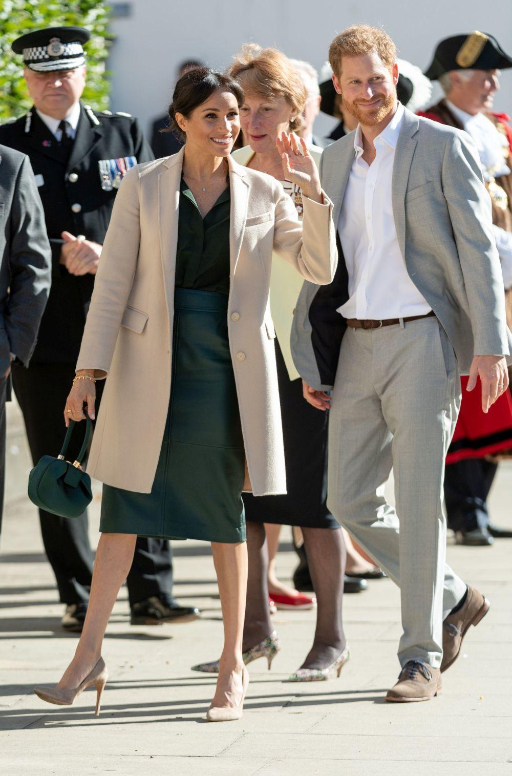 Meghan y Harry en su primera visita a Sussex.