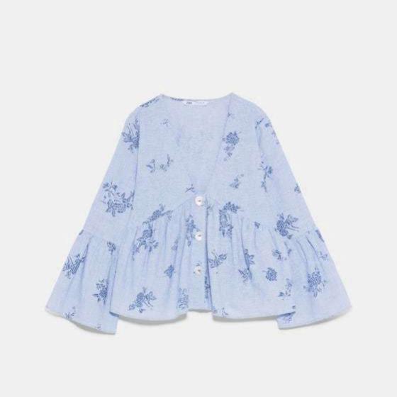 Blusa en celeste con escote y cortita de Zara