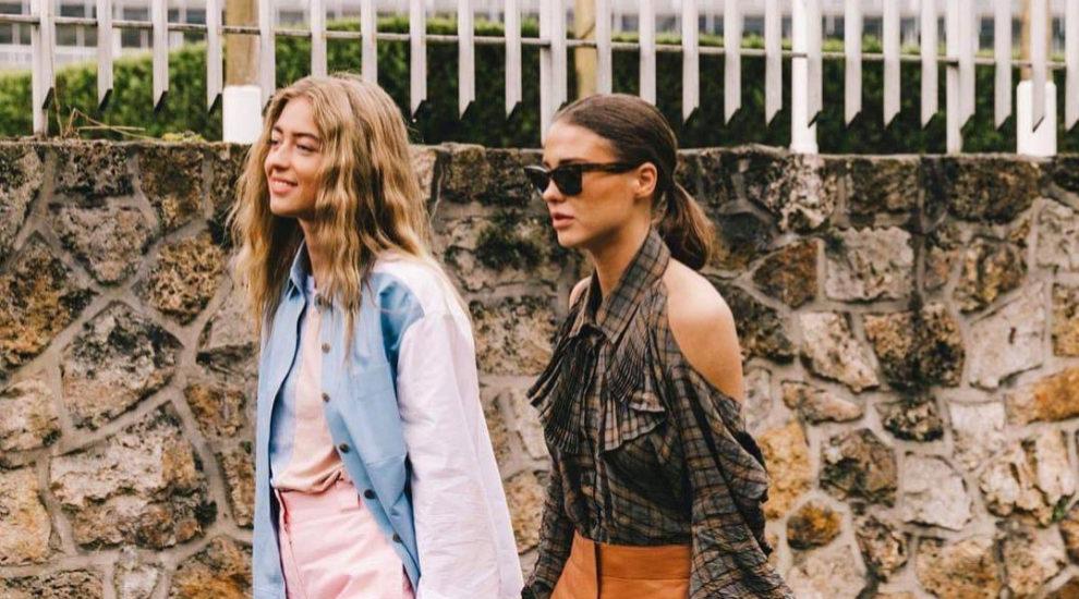 Emili Sindlev y Sophie Roe llevando ambas una camisa
