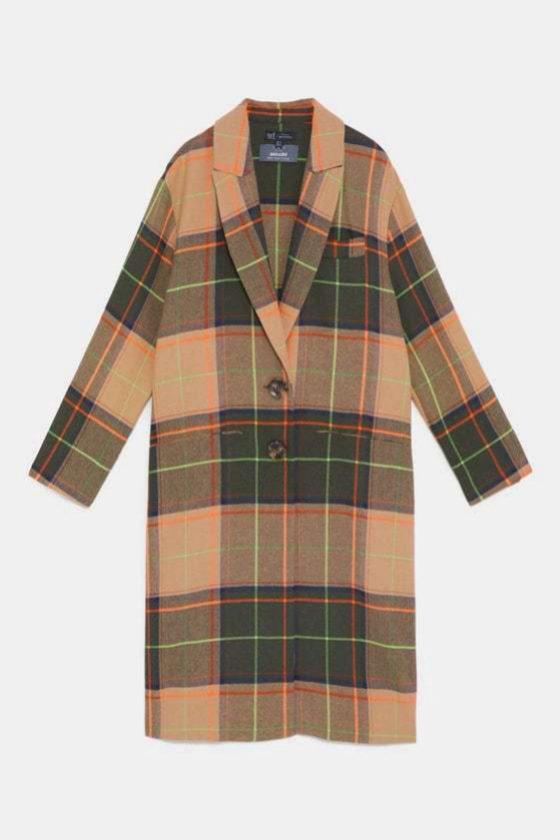 Abrigo con print de cuadros de Zara
