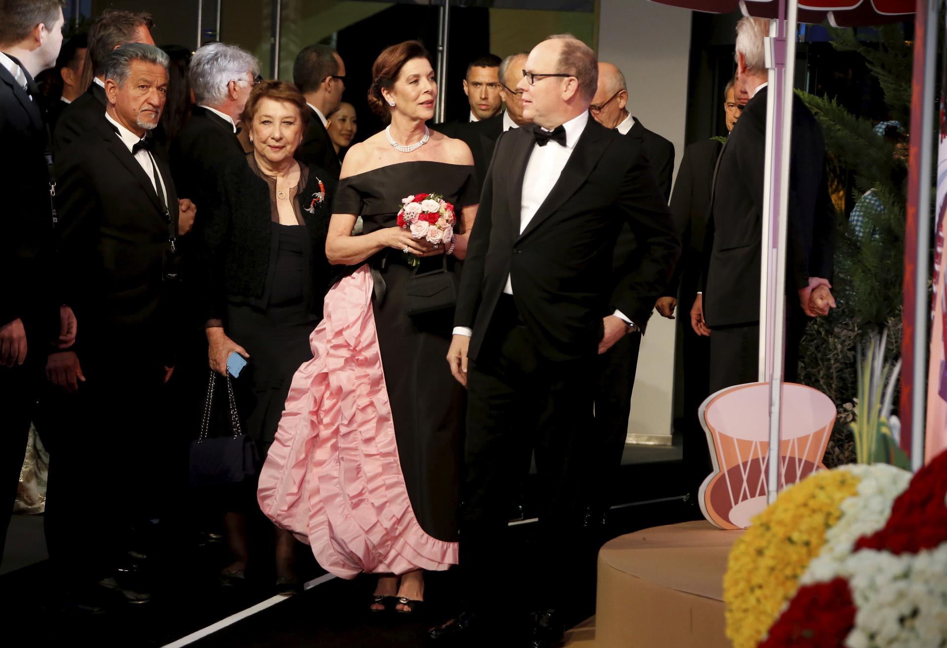 Carolina de Mónaco, vestida de Chanel, junto a su hermano Alberto.