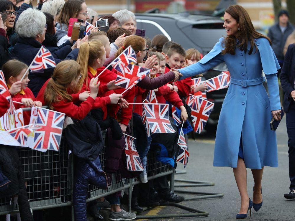 La Duquesa de Cambridge con un original abrigo azul elegido por su...