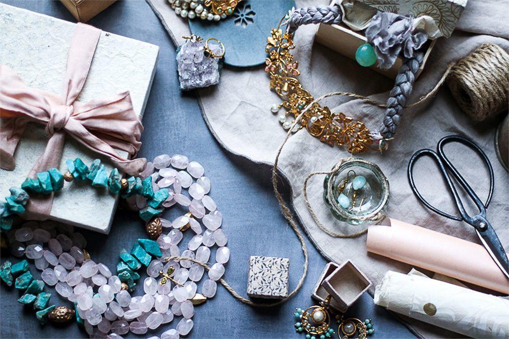 las Joyas de Verde Agua se mezclan con telas teñidas de manera tradicional.