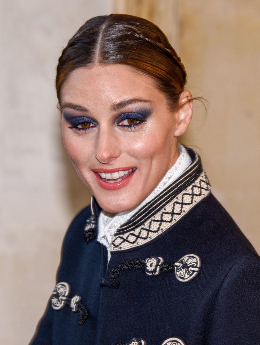 Olivia Palermo adornó su peinado pulido con dos mini trenzas.