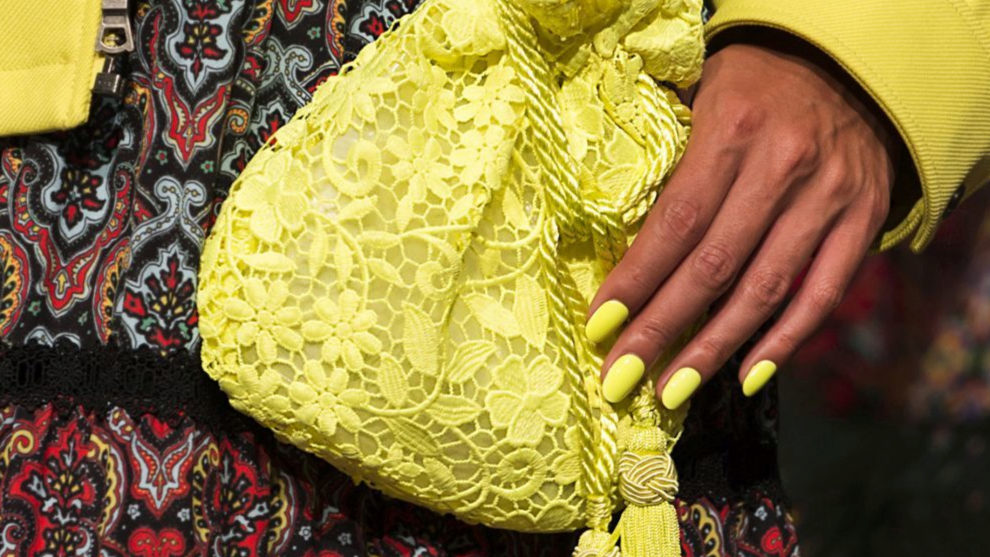 Uñas neón en color amarillo en el desfile de Alice & Olivia para...