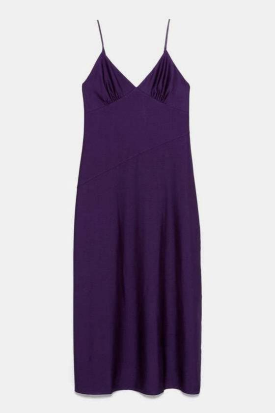 Vestido satinado en color púrpura de Zara (22,95¤)
