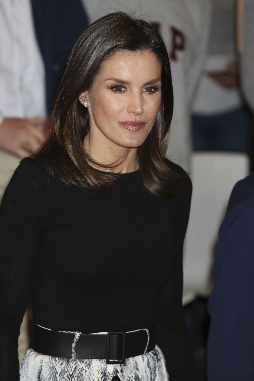 La reina Letizia rescata su falda estampada de Zara.