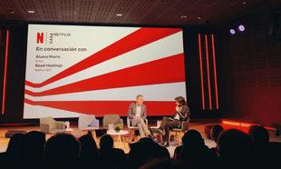 Reed Hastings, CEO de Netflix, junto al actor Álvaro Morte