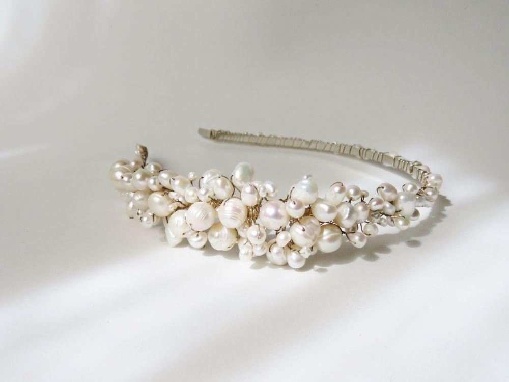 Diadema de perlas de El Taller de Bagatela (130 euros).