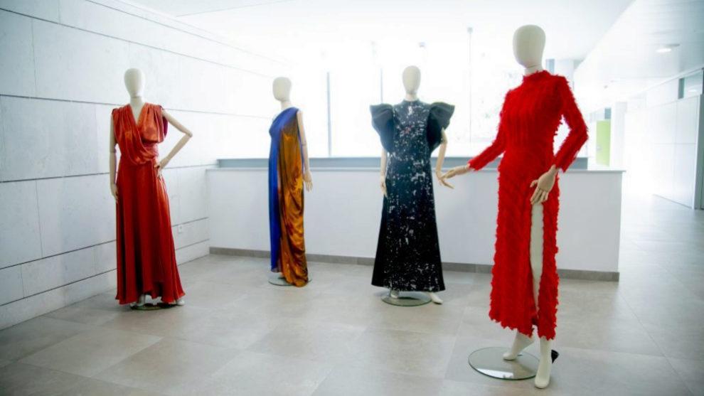 Cuatro de los diseños de la exposición, de los diseñadores Pedro...