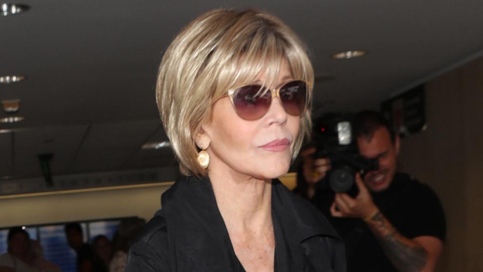 Jane Fonda con un corte a caballo entre pixie y bob con mucha textura y la zona posterior ligeramente más larga para estilizar sus facciones.