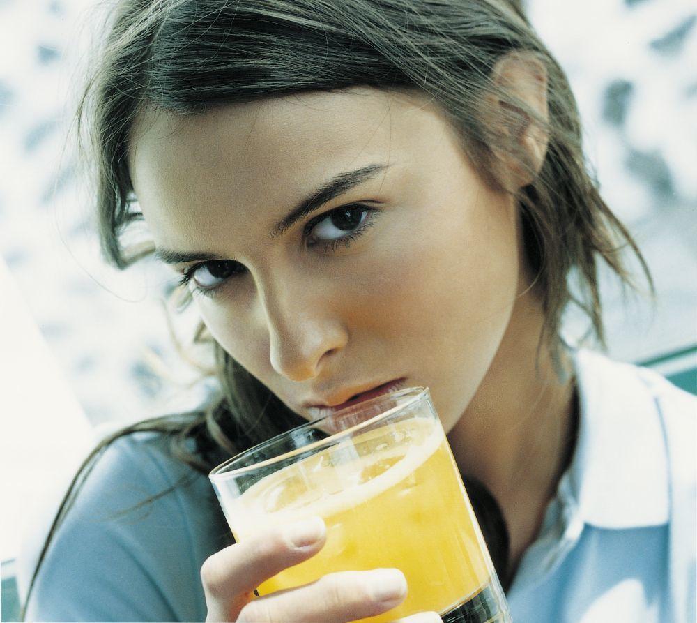 Un vaso de zumo de naranja envasado de unos 250 ml tiene 23 gramos de...