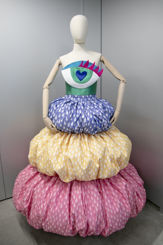 Top con ojo y falda de flotadores, de Ágatha Ruiz de la Prada.
