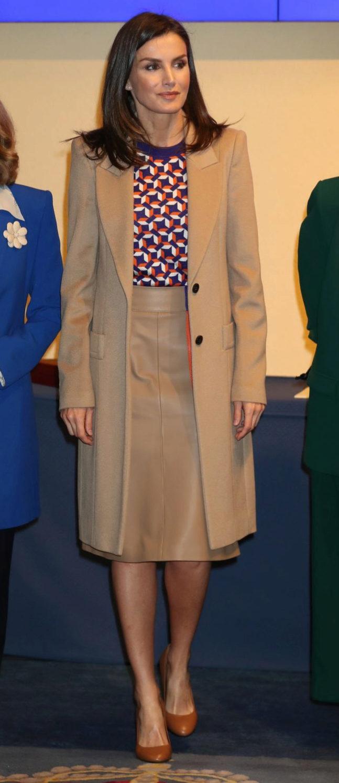 Doña Letizia con un conjunto de Hugo Boss y abrigo de Felipe Varela.
