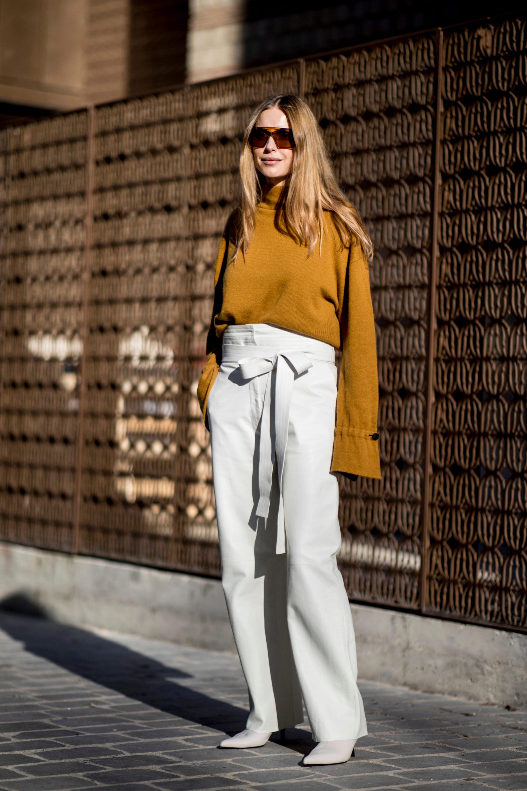 Los botines blancos pueden llevarse también con un pantalón blanco