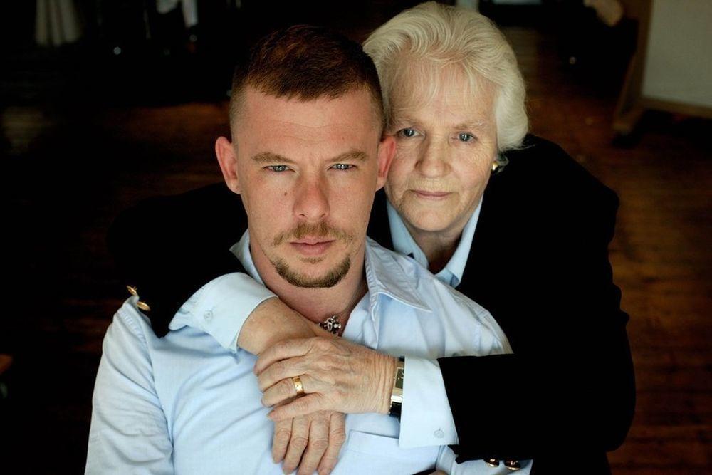 Alexander McQueen con su madre Joyce.