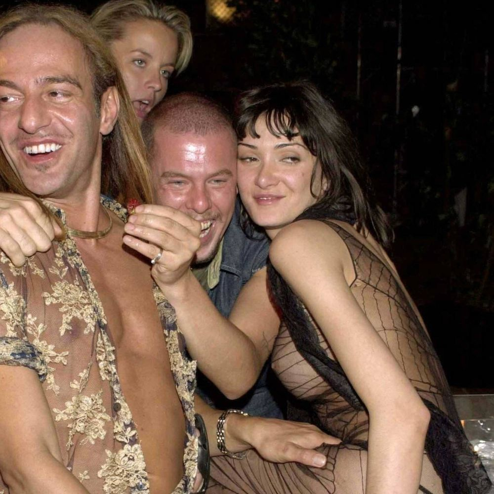Galliano y McQueen, de juerga, con Annabelle Neilson.