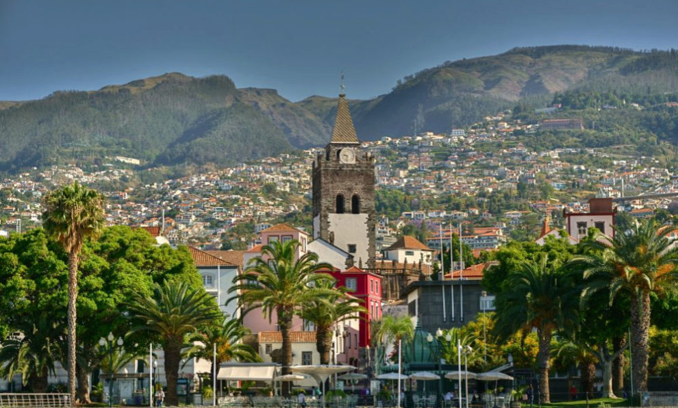 Vista de Funchal desde uno de sus puertos.