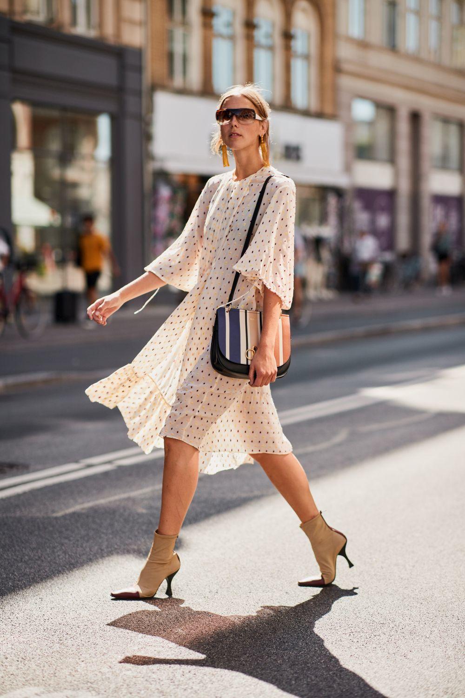 Una de las asistentes a la Semana de la moda de Copenhague, con...