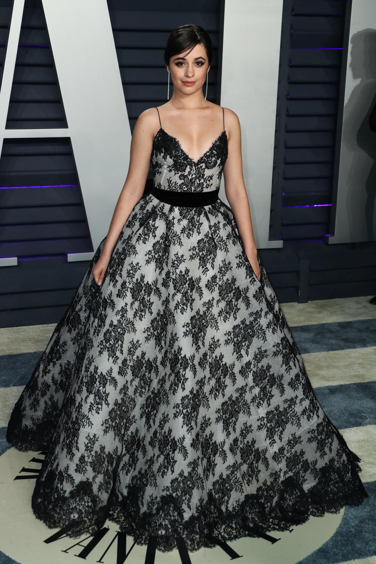 Camila Cabello llega a la fiesta de Vanity Fair.