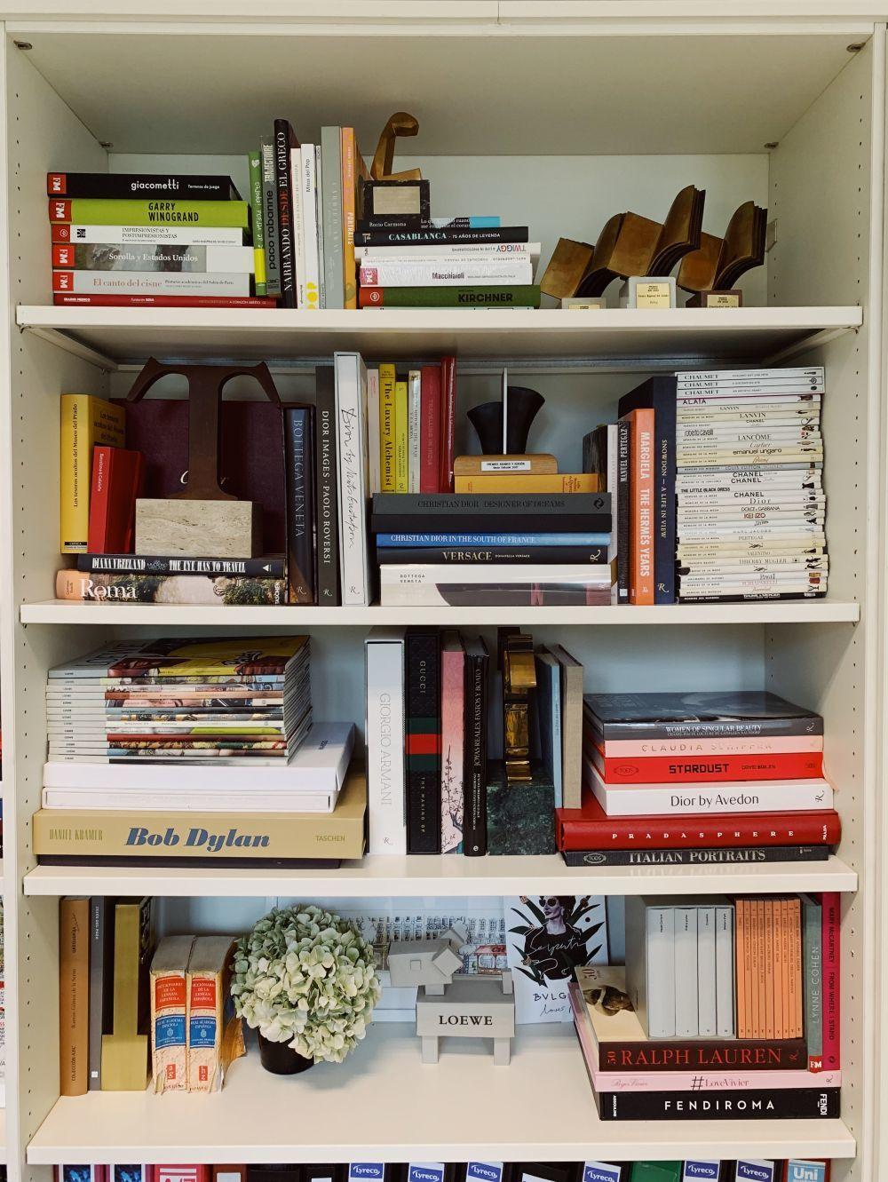 Detalle de la librería de la directora de TELVA con libros de moda,...