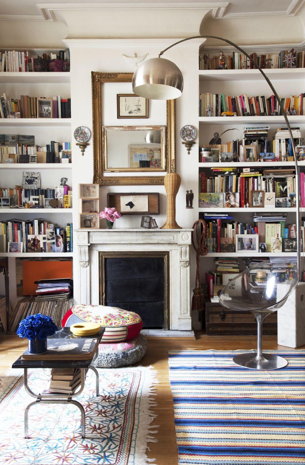 Salón con librería de la diseñadora Fátima de Burnay.