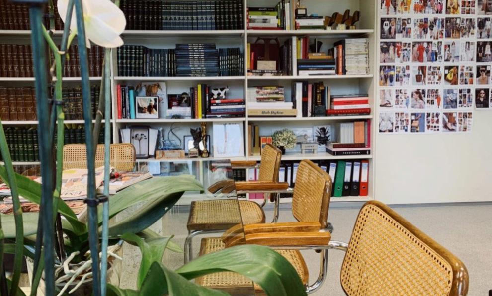 Librería del despacho de la directora de TELVA, Olga Ruiz.