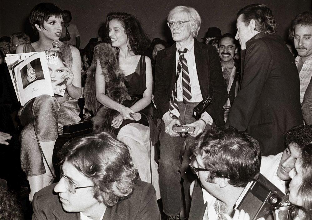 Andy Warhol con Bianca Jagger y Liza Minelli en Studio 54.