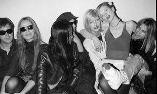 Con gafas de sol, Veruschka en 1994 junto a Naomi Campbell y Linda...