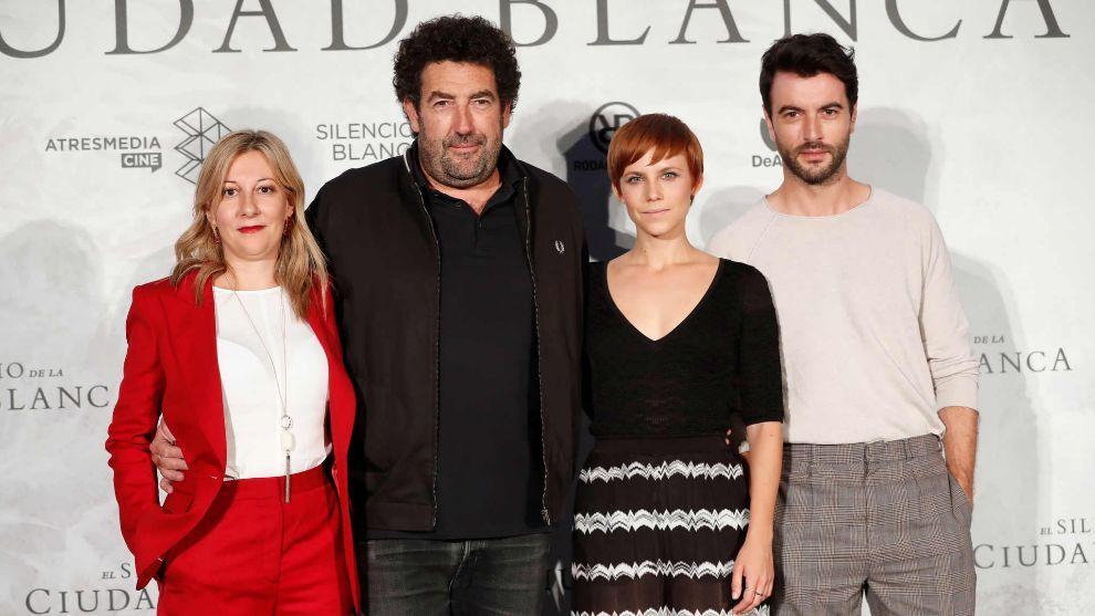 Los actores Aura Garrido y Javier Rey, la escritora Eva Saenz de...