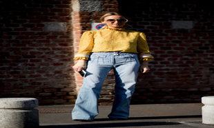 Jeans de tiro alto y corte acampanada con blusa romántica