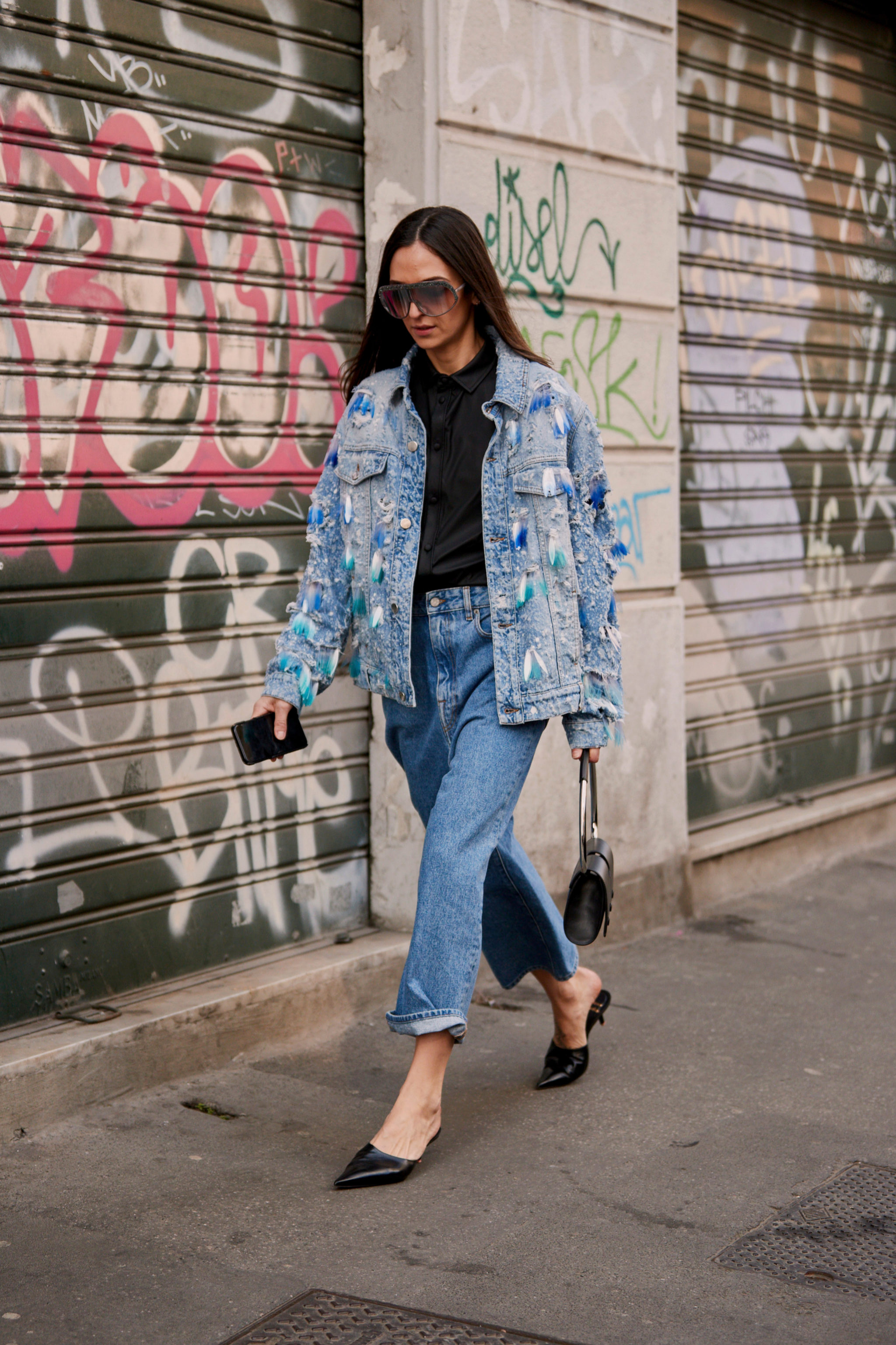 Total look en denim con mules y camiseta en negro