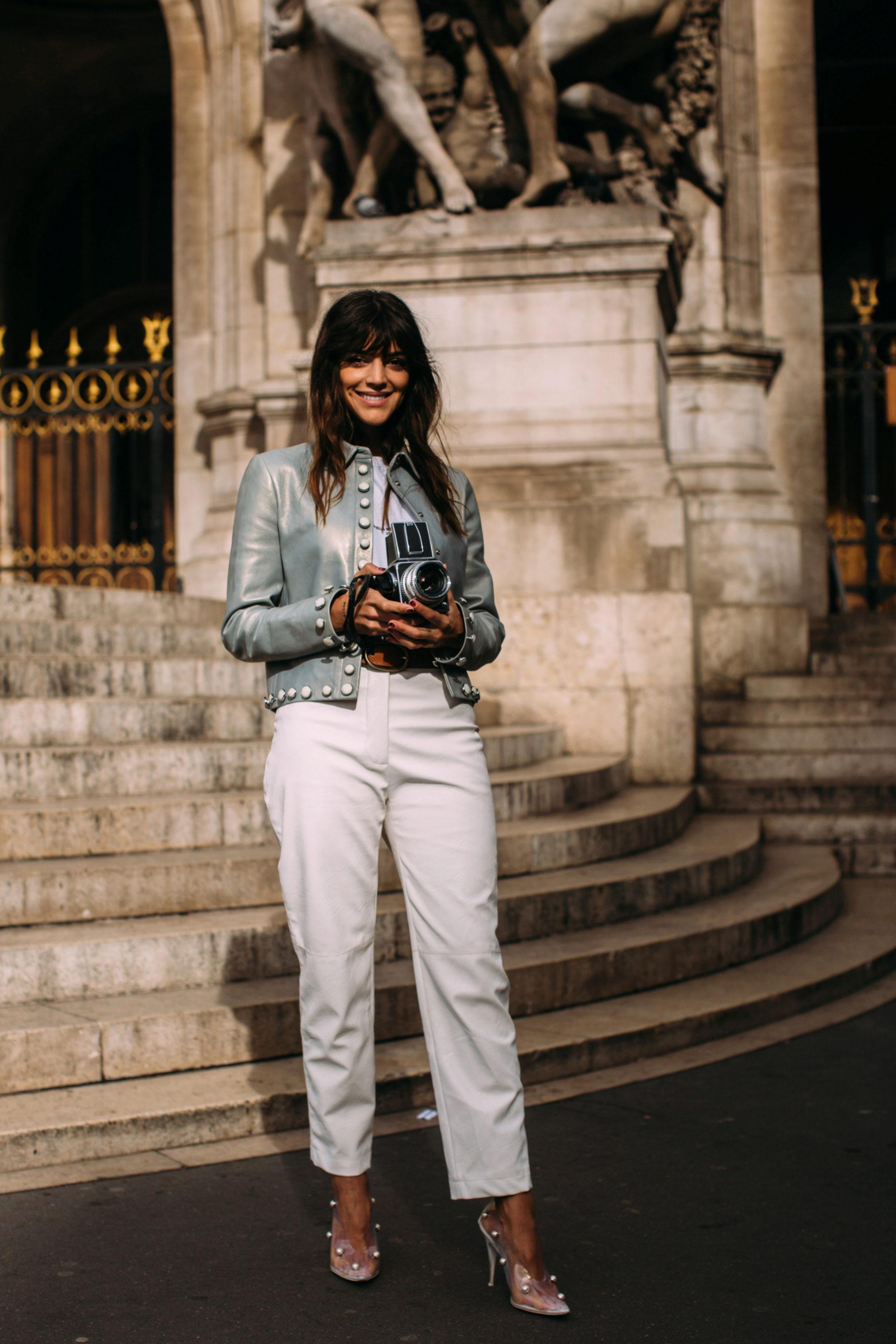 Calu Rivero por las calles de París con un pantalón blanco.