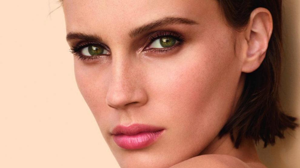 Estos ojos ahumados hacen la mirada más expresiva y joven.