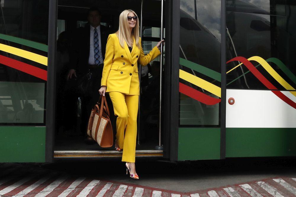 Ivanka Trump con un traje sastre amarillo de Zara.