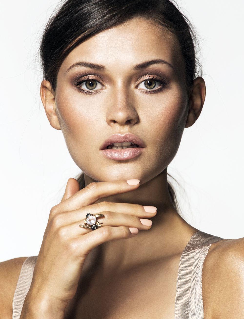 Las manicuras francesas se declinan en tonos naturales, tierra y...