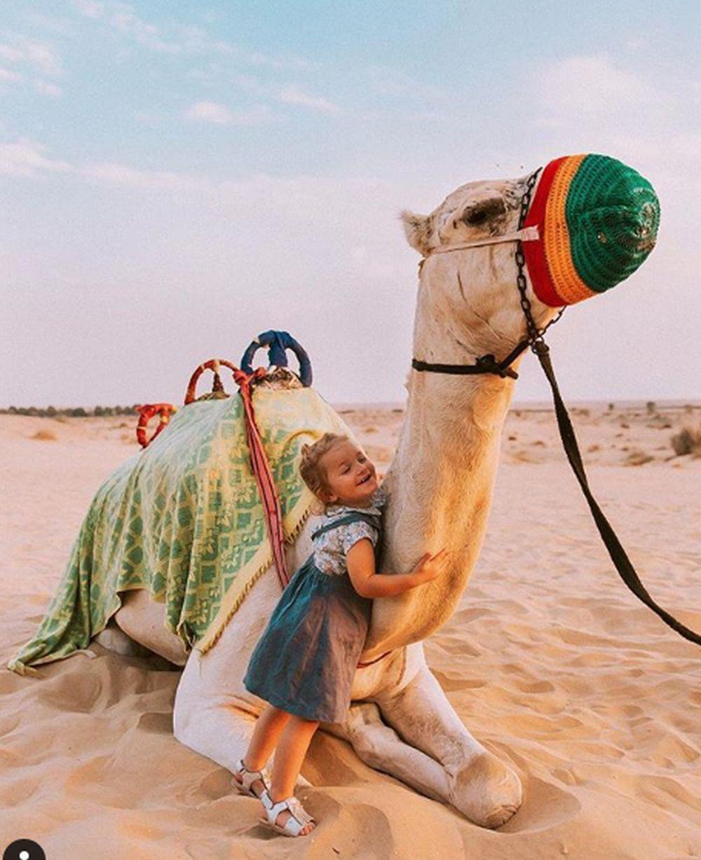 Lia con un camello en Dubai.