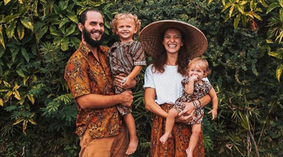 Julien y Miki Miljian con sus hijos, Teo y Lia, en la isla de Java...