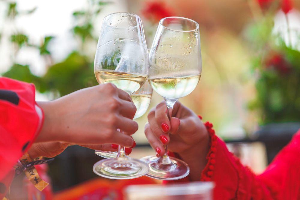 Tomando una copa de vino en la feria del Caballo de Jerez.
