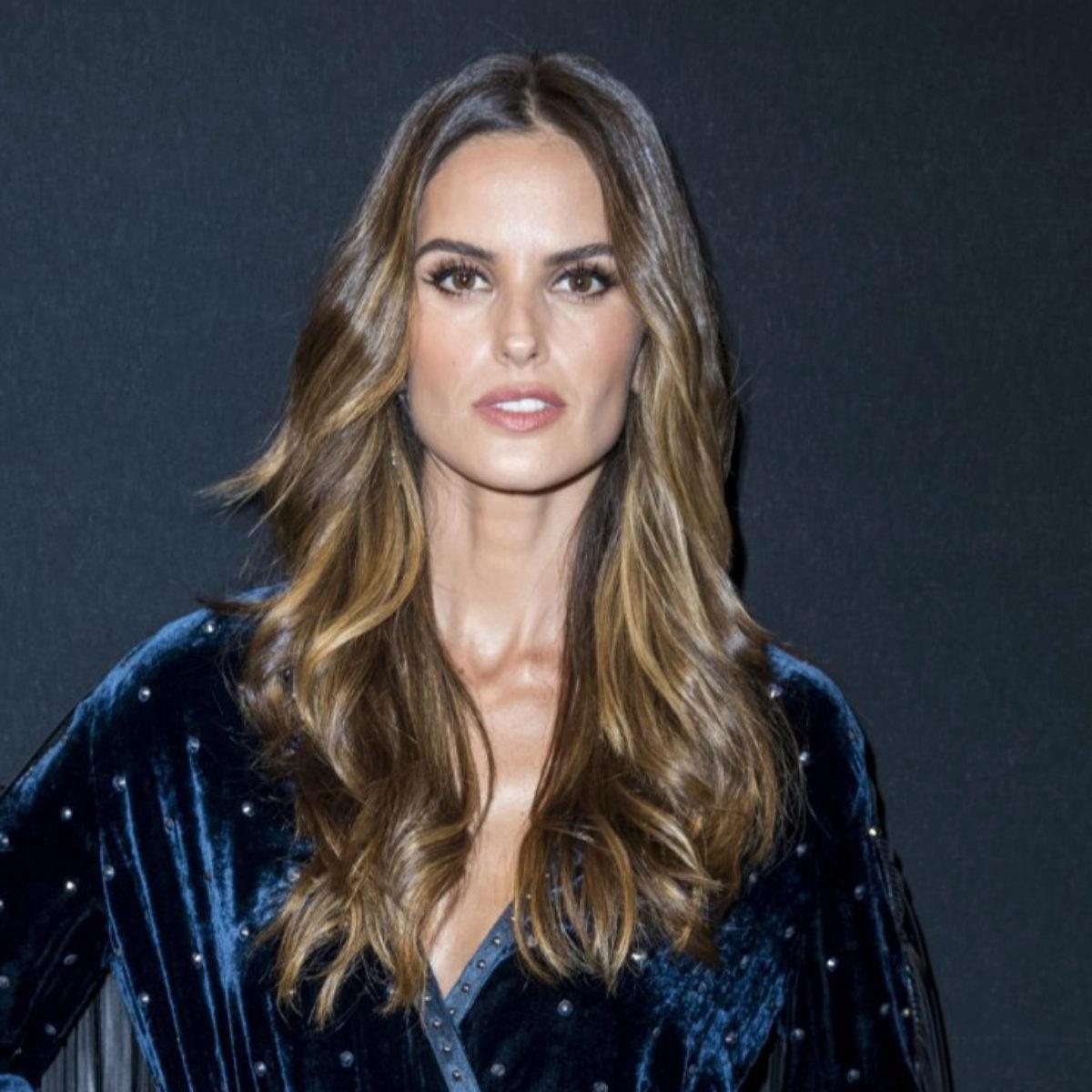 La modelo brasileña Izabel Goulart lleva las mechas foilyage sobre su...